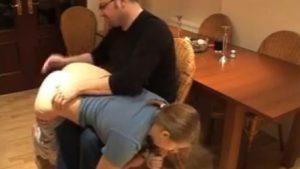 Kieroutunut iskä antaa piiskaa tyttärelleen