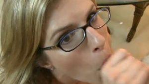 Äitipuoli nielee pojan spermat