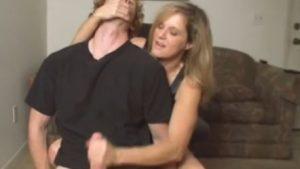 Äitipuoli runkkaa nuoren pojan
