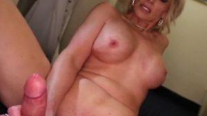 51-vuotias äitipuoli runkkaa miehen