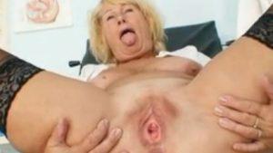 Mummeli masturboi ja näyttelee vehjettään