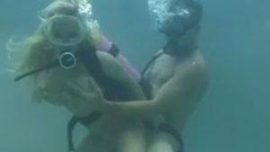 Blondi ja vedenalaista seksiä