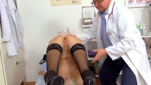 Pervo gynegologi tutkii emättimen