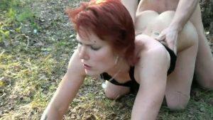 Söpö suomalainen narttu saa persepanon metsässä