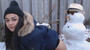 Lumiukko nussii teinityttöä