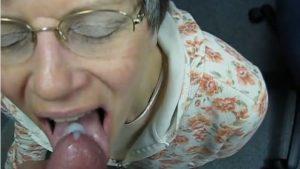 Mummo nielee ison lastin spermaa