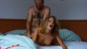 Karvainen setämies pakottaa anaaliyhdyntään