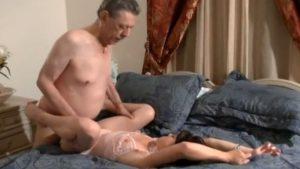 Isoisä paneskelee nuorta tyttärentytärtä