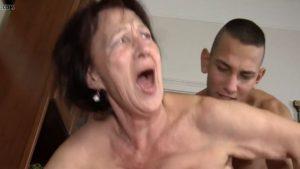 Nuori teinipoika nussii vanhaa mummoa