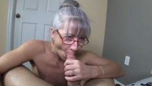 Mummo tyydyttää nuoren pojan