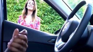 Tyttöä naurattaa kun maahanmuuttaja runkkaa