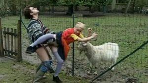 Maajussin nuori tytär saa kyrpää anaaliin
