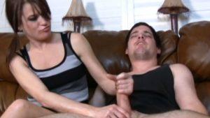 Tyttö antaa hyvän käsityön miehelle