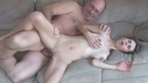 Vanha pappa saa kireää teinityttöä